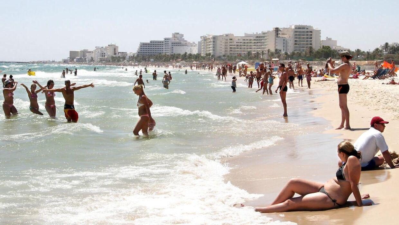 Turister på stranden ved Sousse i Tunesien.