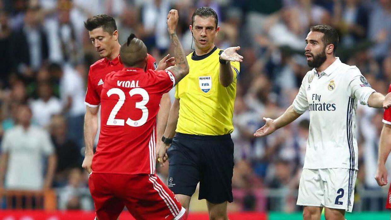 Arturo Vidal brokker sig højlydt over straffesparkskendelsen i kampen mellem Real Madrid og Bayern
