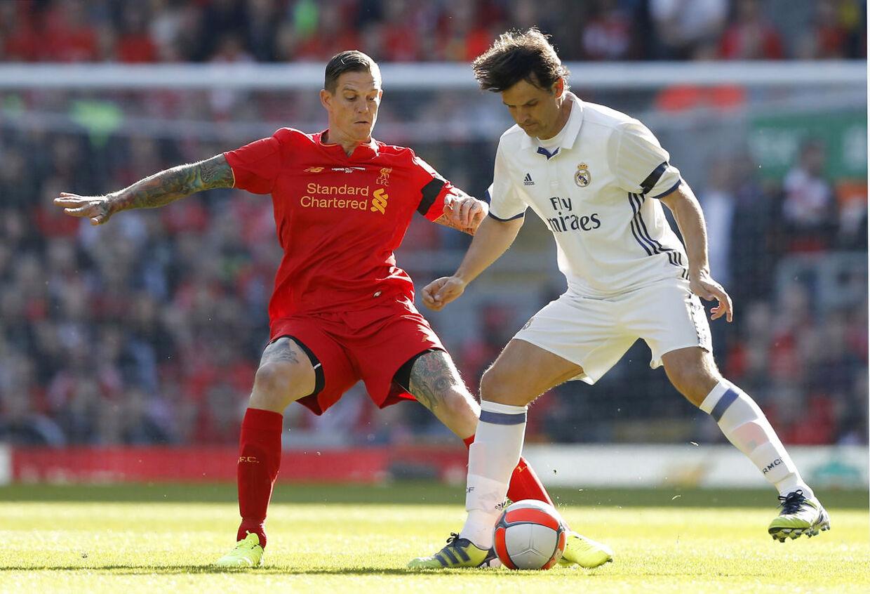 Sådan så det ud, da Daniel Agger var med hos Liverpool Legendes i marts. Her i duel med Real Madrid Legends' Fernando Morientes.