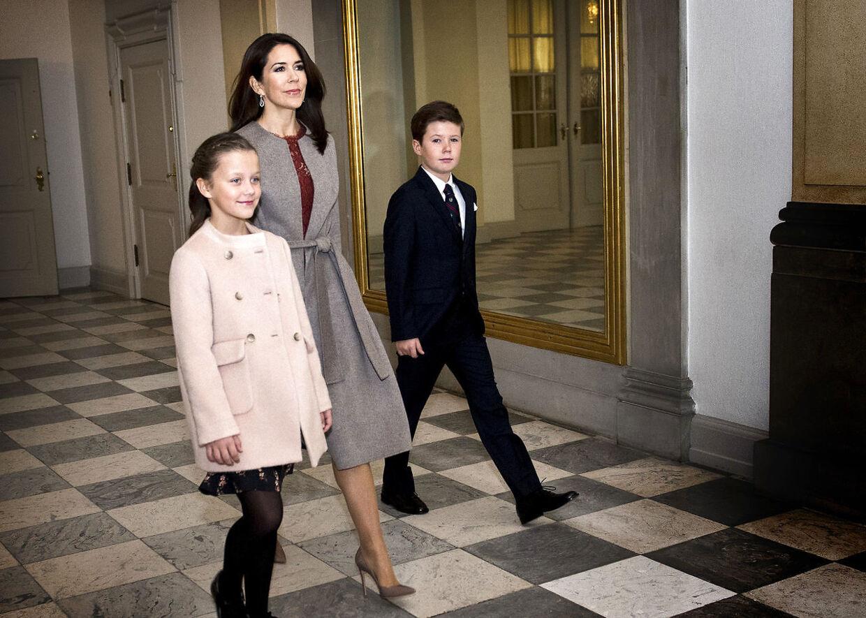Her ses Kronprinsesse Mary sammen med prinsesse Isabella og prins Christian.