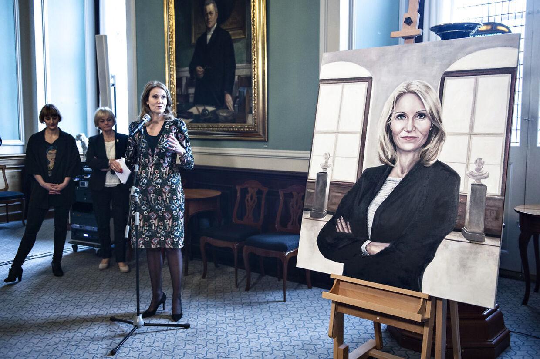 Portrætet af fhv. statsminister Helle Thorning-Schmidt blev fredag den 21. april 2017 afsløret på Christiansborg. Det er maleren Ditte Ejlerskov, der har malet fhv. statsminister Helle Thorning-Schmidt. Her afsløres portrættet.