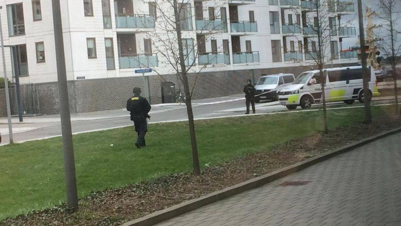 Politiet er til stede blandt andet foran Retten i Holbæk.