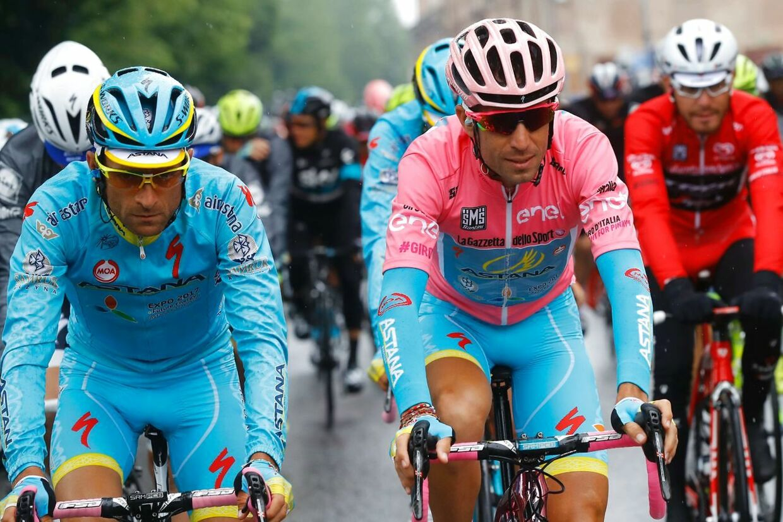 Her ses Michele Scarponi (tv.) sammen med en tidligere Astana-stjerne Vincenzo Nibali.