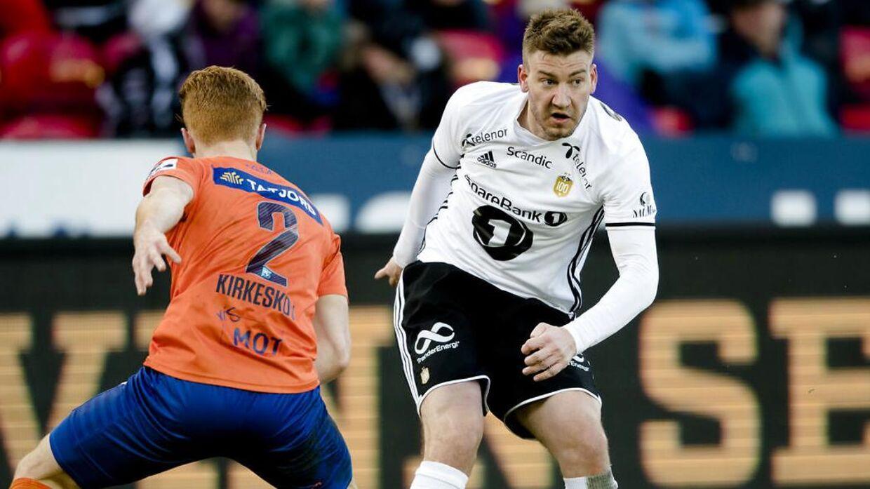 Nicklas Bendtner (th) i duel med Aalesunds Mikkel Kirkeskov, der tidligere har spillet i AGF og OB.