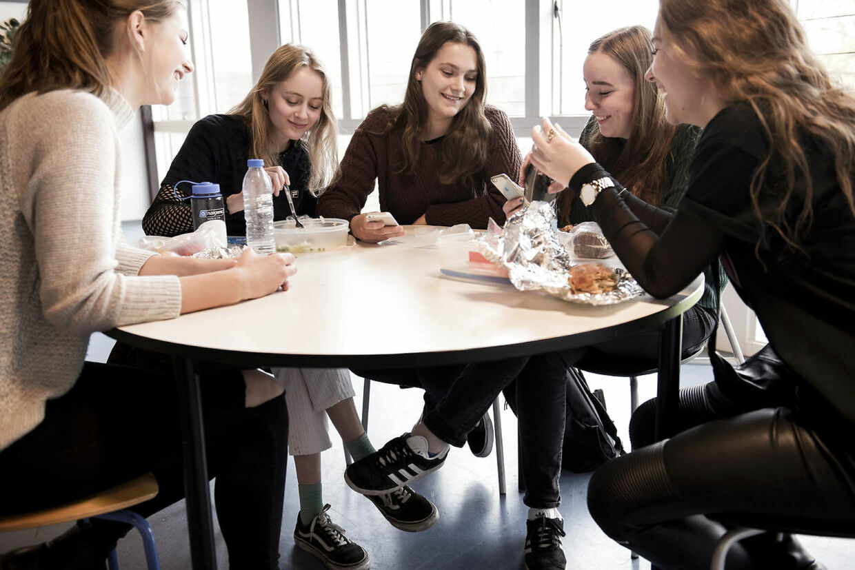 Venindegruppen fra 2.u spiser frokost på Herlev Gymnasiums førstesal. Fra venstre mod højre er det: Thilde Stenfeldt, Astrid Andersson, Amalie Lauridsen, Fransiska Andersen og Amalie Rosaline Jensen.