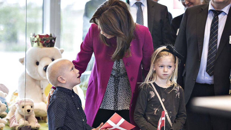 Kronprinsesse Mary indviede tirsdag d. 25. april udvidelsen af Trygfondens Familiehus ved Aarhus Universitetshospital. Familiehuset er til langtidsindlagte børn og deres familier. Efter indvielsen var Kronprinsessen på rundtur i familiehuset. Her lyttes til taler. (Foto: Henning Bagger/Scanpix 2017)