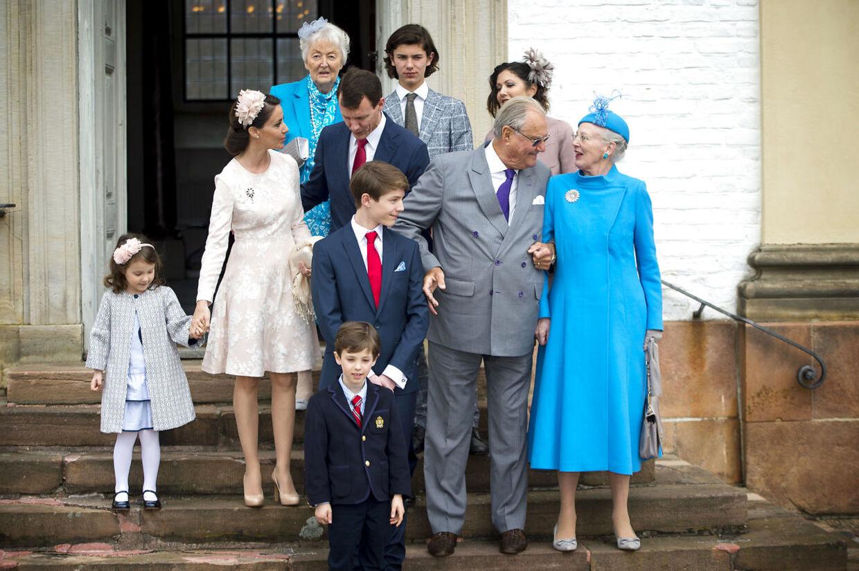 Prins Henrik og dronning Margrethe måtte støtte sig til hinanden, da de trådte ned på trappen for at posere foran fotograferne til prins Felix' konfirmation.