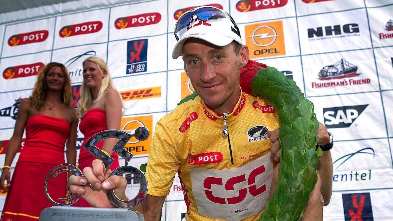 Norske Kurt-Asle Arvesen fejrer sin Post Danmark Rundt-sejr i 2004 med præmiepiger i baggrunden.