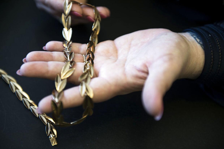 Også smykkesæt, der er givet i gave fra en tidligere ægtefælle, kan omsættes til kontanter, i stedet for at lade det ligge i skuffen