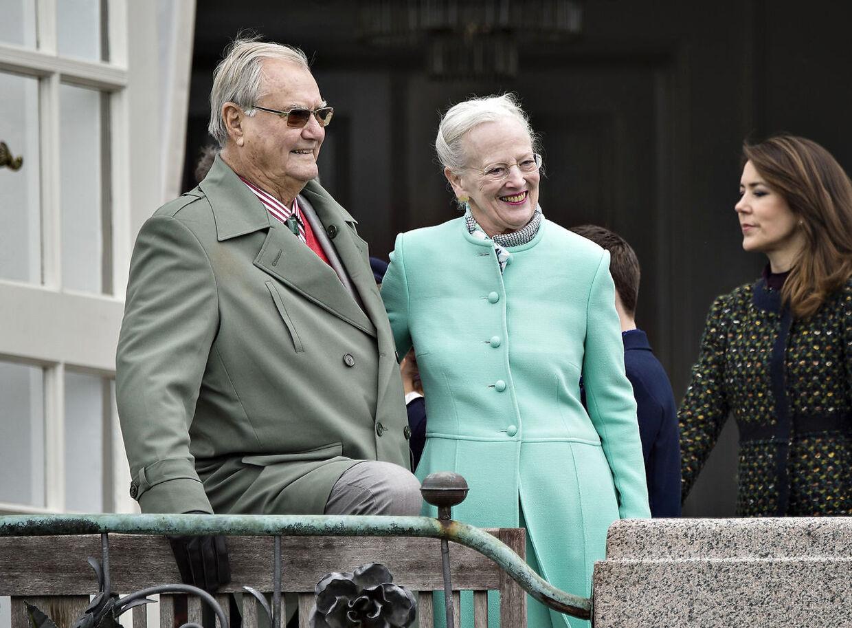 Hendes Majestæt Dronning Margrethe fejrede søndag d. 16. april sin 77-års fødselsdag på Marselisborg Slot sammen med børn og børnebørn. Her er Kongefamilien samlet på verandaen. Dronning Margrethe og prins Henrik. (foto: Henning Bagger / Scanpix 2017)