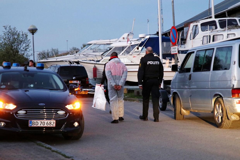Person føres bort i forbindelse med en politiaktion ved Brøndby Havn, lørdag den 6. maj 2017. En større ulykke har fundet sted lørdag aften i Københavns Havn ved Langebro og der er meldinger om flere tilskadekomne. Ifølge et øjenvidne drejer det sig om en ulykke med en udlejningsbåd og en eller flere vandscootere.. (Foto: Mathias Øgendal/Scanpix 2017)