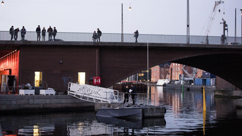 Det var her ved Langebro i Københavns Havn, at dødsulykken fandt sted lørdag aften omkring kl. 19.43. To yngre kvinder fra USA mistede livet, og flere andre passagerer i den ramte båd blev lettere kvæstet, da deres lejede båd blev påsejlet af en eller flere vandscootere.
