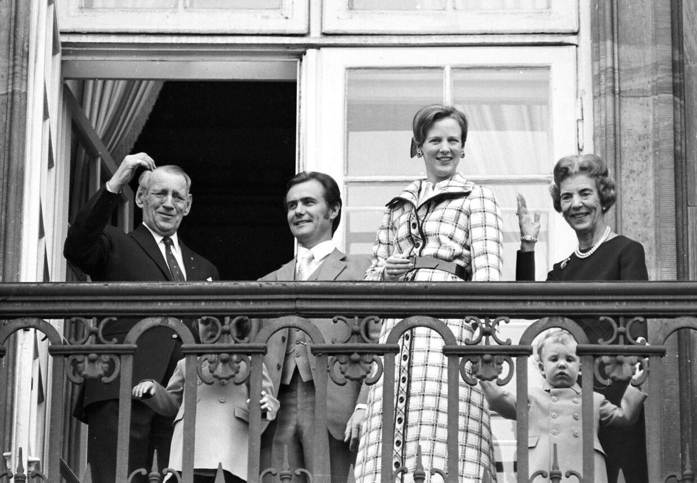 Den daværende kronprinsesse Margrethe ses her, da hun fyldte 31 år, med sin far, kong Frederik IX, prins Frederik, prins Henrik, prins Joachim og dronning Ingrid ved sin side.
