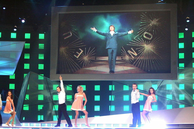 Her kan du se Cliff Richard optræde på den store skærm under Eurovision i 1968.