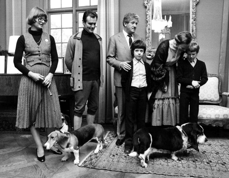 Prins Joachim fik i alder af bare ni år Schackenborg i gave af lensgreve Hans Schack. Her ses hans sammen med sin bror, kronprins Frederik, og dronning Margrethe og prins Henrik på Schackenborg sammne med Hans Schack og lensgrevinden Karin i forbindelse med at overtagelsen af godset i 1978