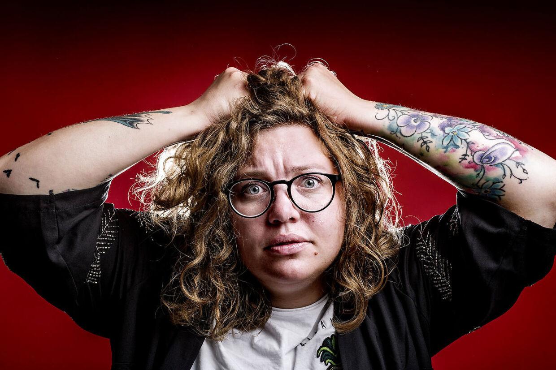 Komiker Ane Høgsberg. Den 19. maj kan man opleve Ane Høgsberg, vinder af Talentprisen ved Zulu Comedy Galla 2016, med sit første one man show - Dårlig Feminist.