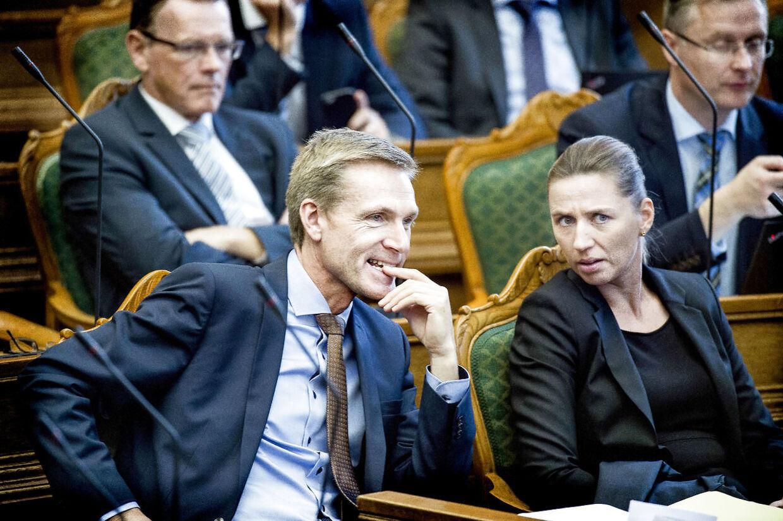 Kristian Thulesen Dahl og Mette Frederiksen har haft et godt samarbejde på det seneste. Men Thulesen synes, at slagsmålet mellem S og V er uværdigt.