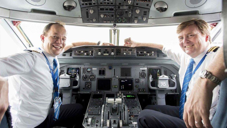 Den hollandske konge Willem-Alexander (til højre) har afsløret, at han jævnligt flyver som pilot for KLM.