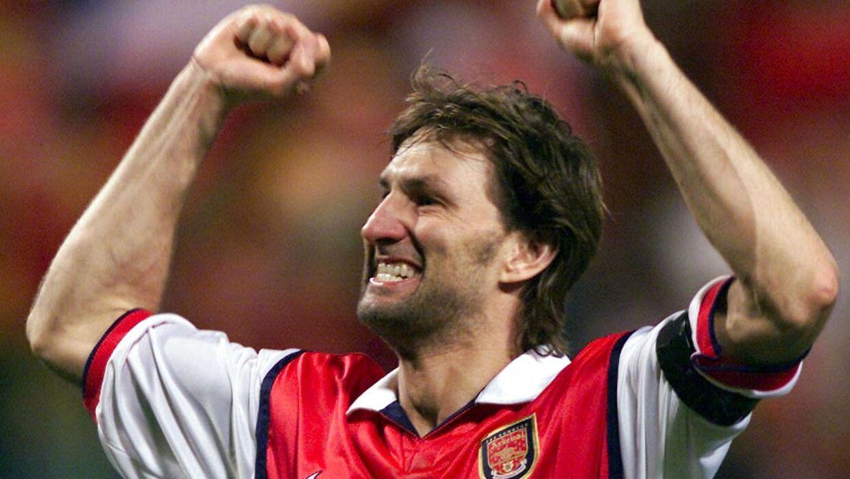 Den tidligere Arsenal-kaptajn Tony Adams jubler efter slutfløjtet i Arsenals 2-1-sejr over Lens i UEFA Cup'en.