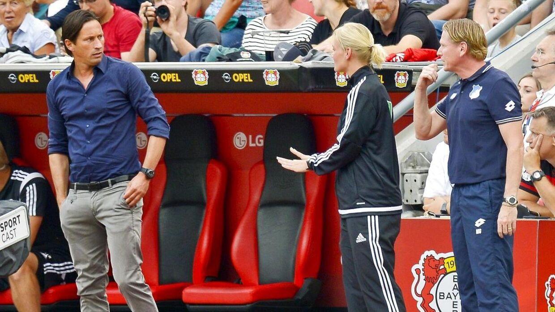 Bibiana Steinhaus har to gange tidligere været fjerdedommer i Bundesligaen. Her diskuterer hun med daværende Leverkusen-træner Roger Schmidt.