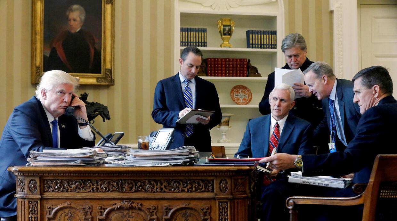 På billedet fra venstre mod højre: Donald Trump i det ovale værelse sammen med stabschef Reince Priebus, vicepræsident Mike Pence, seniorrådgiver Steve Bannon, pressesekretær Sean Spice og den forhenværende nationale sikkerhedsrådgiver Michael Flynn.