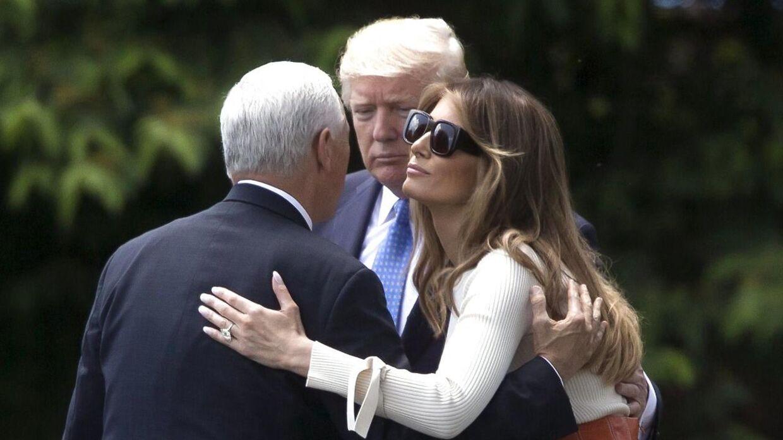 Her ses Donald Trump sammen med sin vicepræsident Mike Pence (tv.) og sin kone og førstedame Melania Trump. Billedet her er fra den 19. maj på plænen foran Det Hvide Hus i Washington.