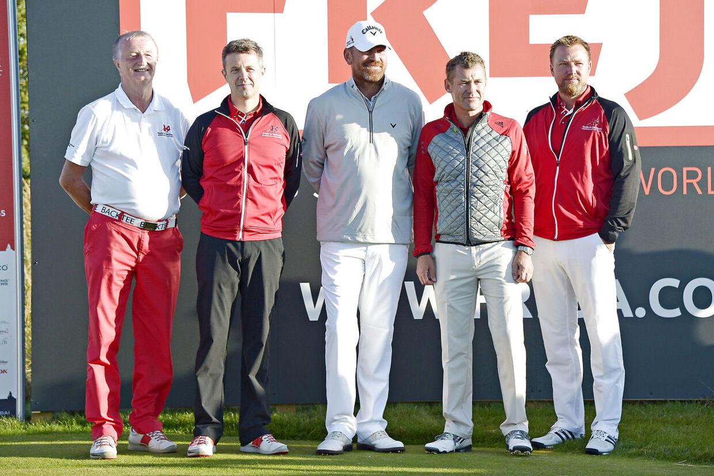 Jacob Brunsborg (yderst th) ses her i 2015 ved en golfturnering, hvor også hans far (yderst tv), kronprins Frederik, Tom Kristensen og Thomas Bjørn deltog.