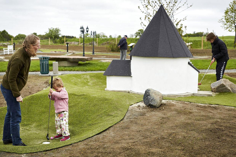 Minigolfparken har miniature-udgaver af rundkirker på over to en halv meter.