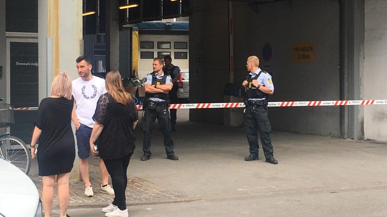 Politiet er på plads foran Magasin du Nord i København.