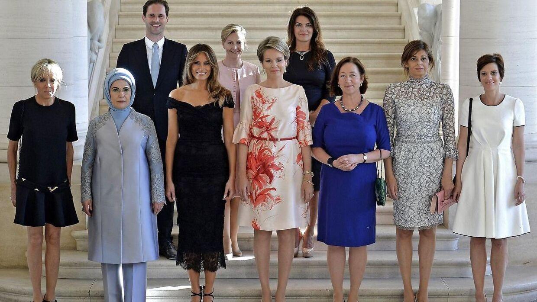 Dette foto af Nato-ledernes ægtefæller sammen med den belgiske Dronning Mathilde har vakt stor harme på de sociale medier. Det Hvide Hus glemte nemlig at nævne Luxembourgs 'førstemand', Gauthier Destenay, som ses på øverste række til venstre.