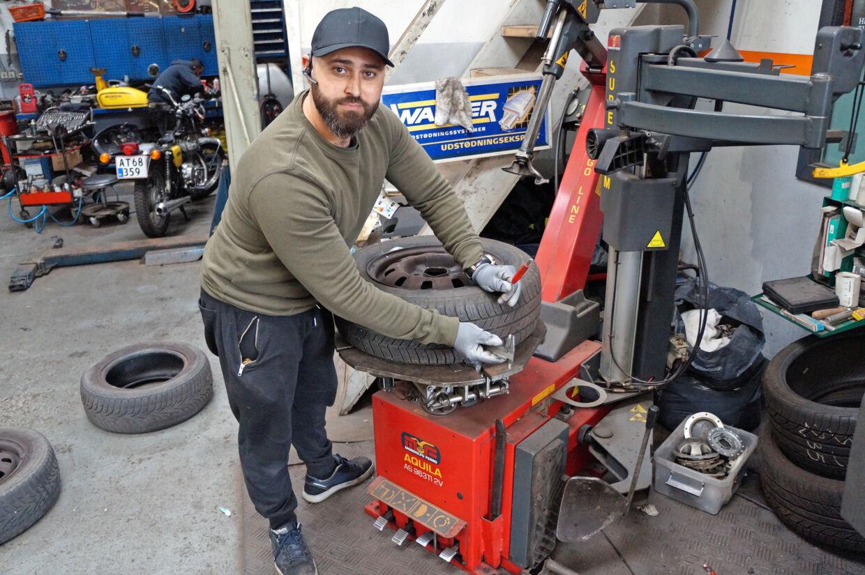 Wael El Mazjan, Din Auto Hjælp, monterer et brugt dæk med 5,5 mm mønster i stedet for det totalt nedslidte dæk.