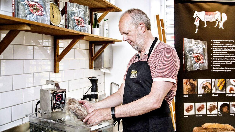 Man skal gøre det, fordi det smager bedre. Så simpel er Karsten Tanggaards argumention for, at vi skal til at lege med termometer i vandbad i køkkenet.