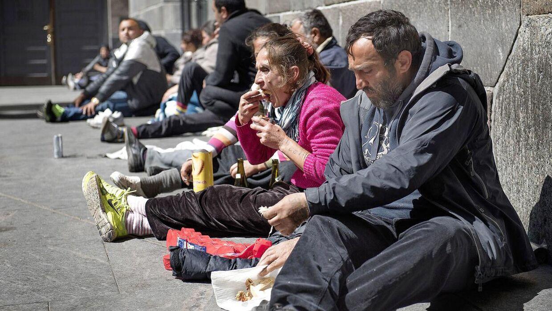Romaer fra Rumænien har samlet sig foran Mariakirken på Istedgade i København.
