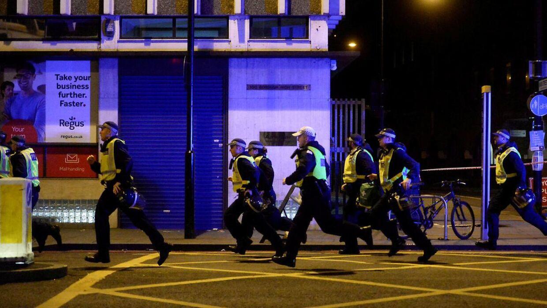 Betjente ved London Bridge i London. Den 3. juni.