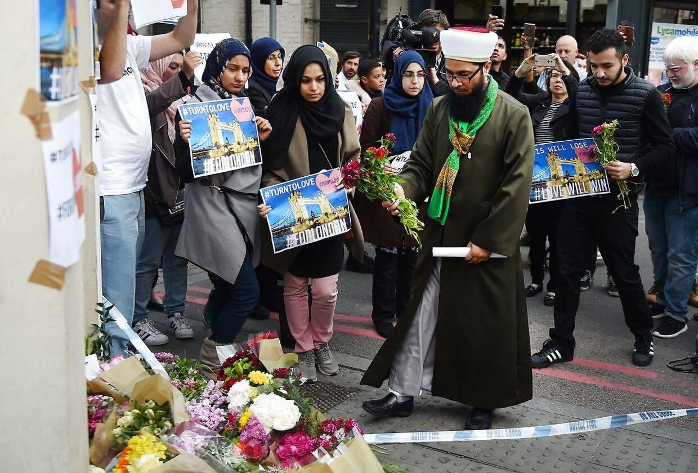 BT er til stede i Borough Market, hvor der på flere gadehjørner ligger blomsterbuketter og små skilte med billeder af hjerter og teksten 'turn to love for London'.