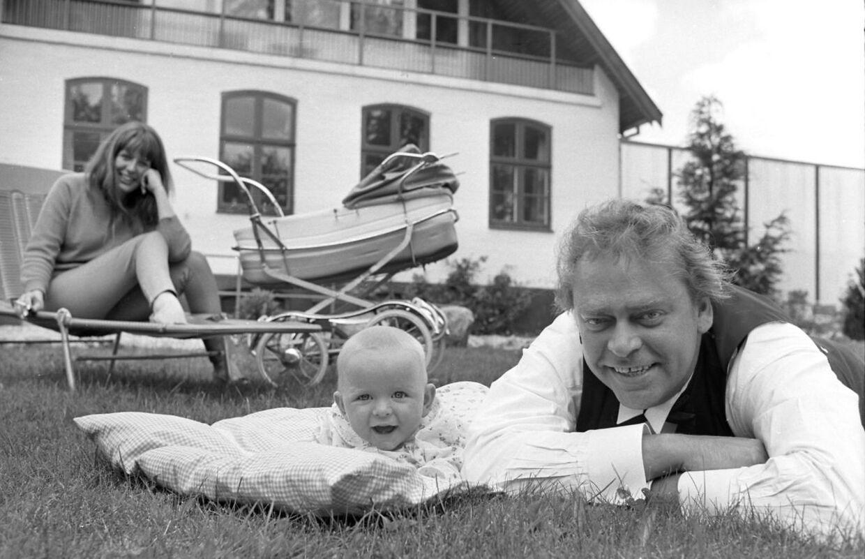 """Dirch Passer sammen med datteren Josefine under optagelserne til filmen """"Pigen og greven"""" , hvor Josefine spiller barnet Lulu, og Dirch er babysitteren Andreas. I baggrunden ses Dirchs kone Hanne.; The Danish actor Dirch Passer and his own little girl Josefine acting in the film """" Pigen og greven"""". Dirch Passer's wife Hanne Passer is present sitting behind the main characters"""