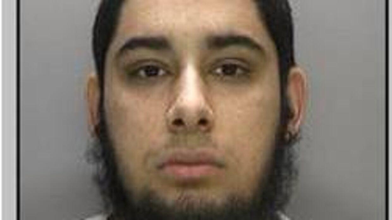 Blandt sine gymnasiekammerater på Gammel Hellerup Gymnasium blev den nu terrordømte Noamaan Ejaz kaldt »Bæst« på grund af sin store fysiske styrke. Bloddryppende videoer af blandt andet halshugninger i Syrien har kostet ham næsten tre måneder bag tremmer i London.