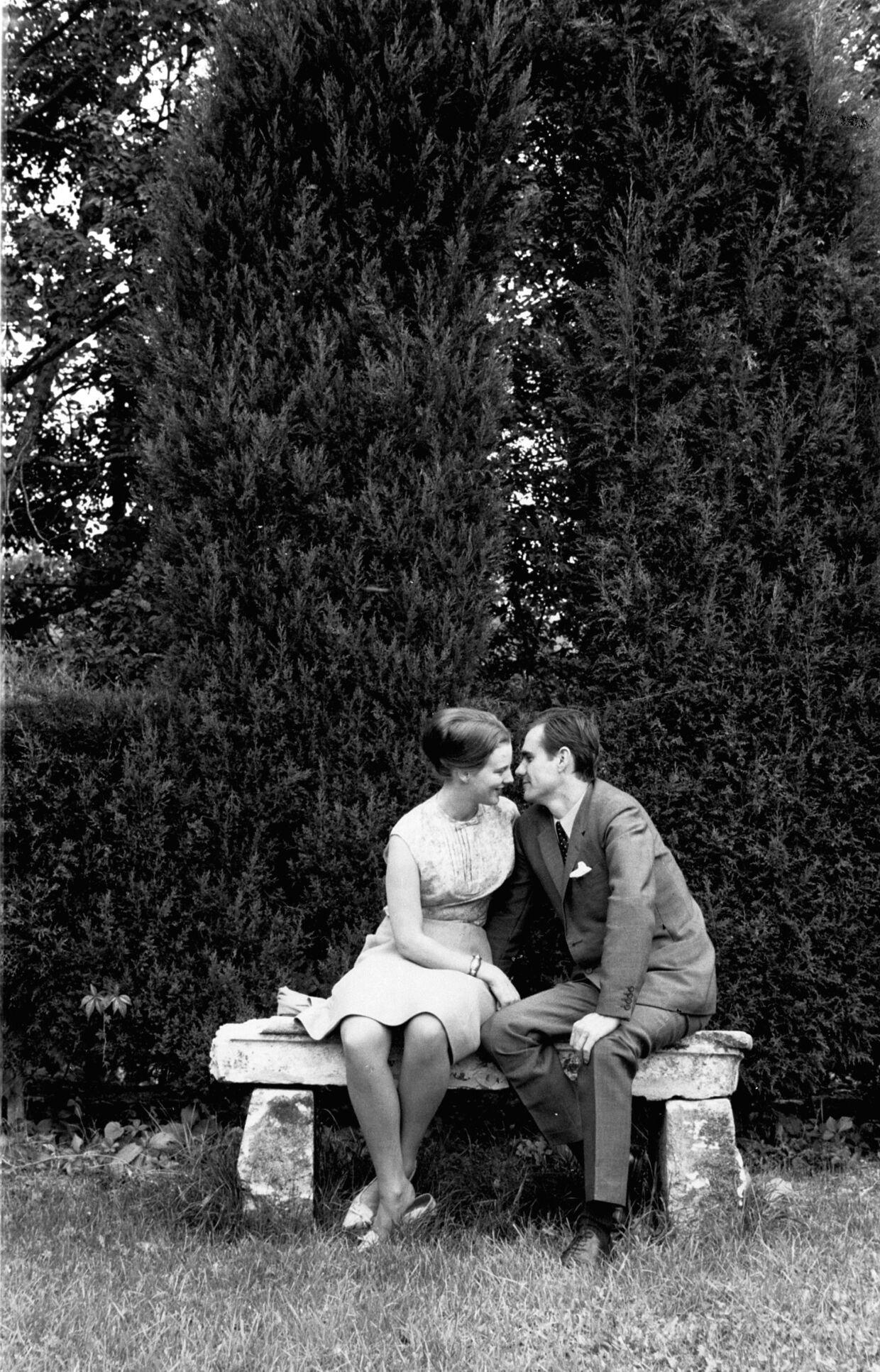 Tronfølger Prinsesse Margrethe er nu forlovet med Prins Henrik. Her ses de i lykkeligt samvær i Fredensborg Slotspark.