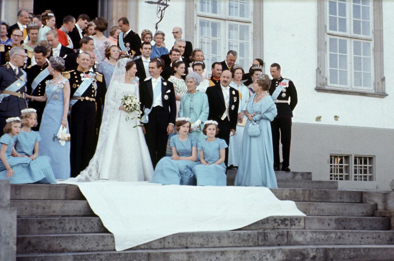 Traditionen tro blev det officielle bryllupsfoto selvfølgelig taget på trappen til Fredensborg Slot.. Foto Per Pejstrup