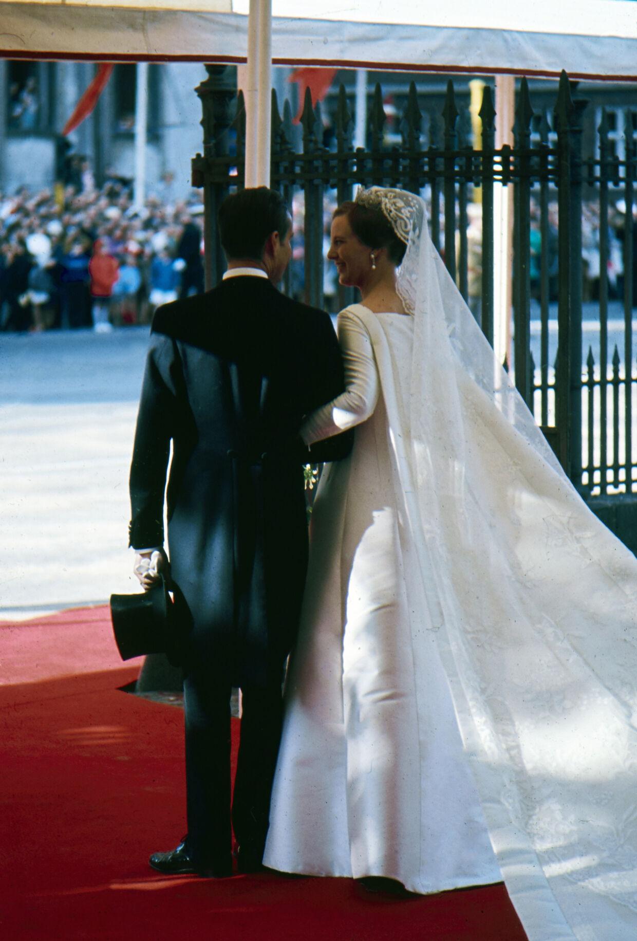 Tronfølgerparrets bryllup i Holmens Kirke. Her fra brylluppet mellem tronfølger Margrethe og prins Henrik, hvor de forlader kirken.