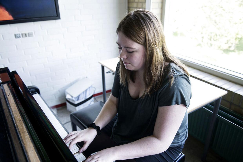 Frida Skou Møller går på Musiklinjen på sin efterskole. Hun sætter sig ofte her ved klaveret, når hun er ked af det og har brug for at komme ud med sine følelser. Det er nemmere end at snakke om moderens sygdom.