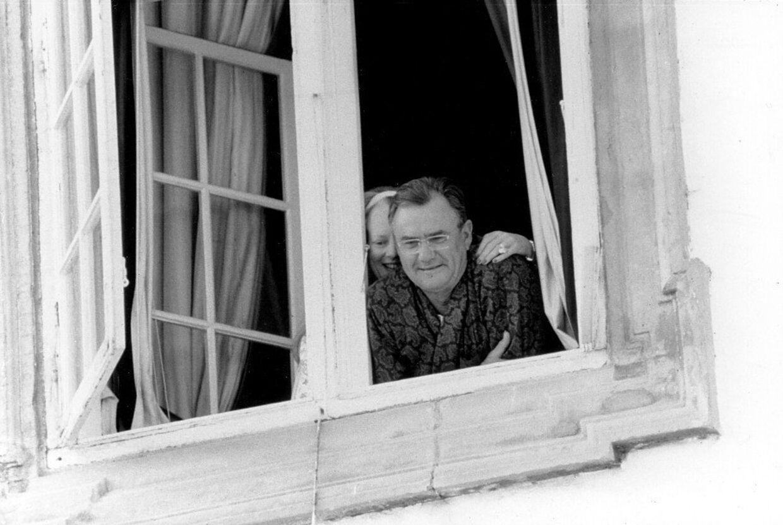 Dronning Margrethe og Prins Henrik ser ud af vinduet til deres sølvbryllup.