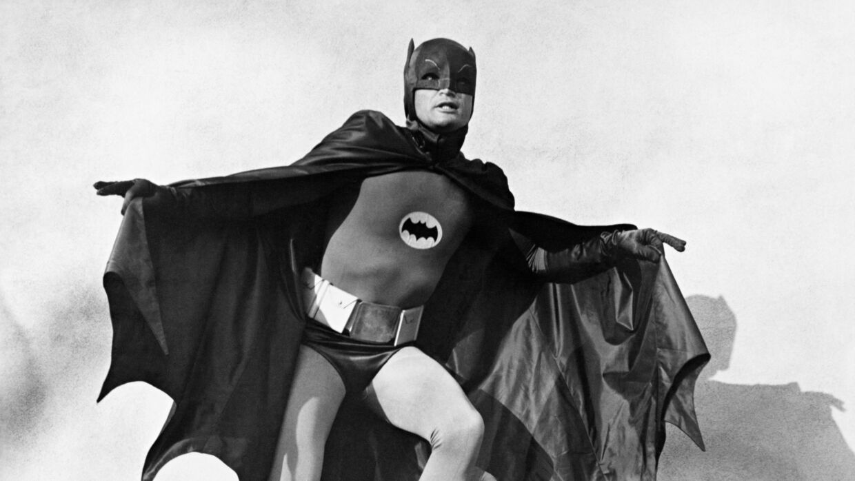 Her ses Adam West i rollen som Batman.