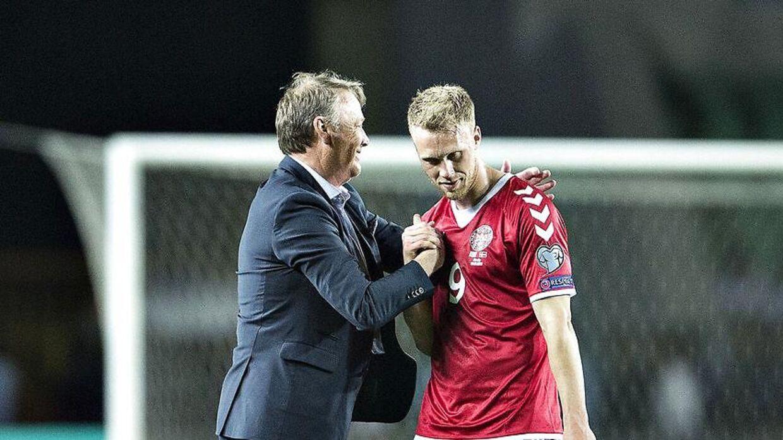 Kasakhstan - Danmark, VM-kvalifikation, Central Stadium, Almaty, 10.juni - Danmarks landstræner Åge Hareide siger tak for indsatsen til Nicolai Jørgensen.