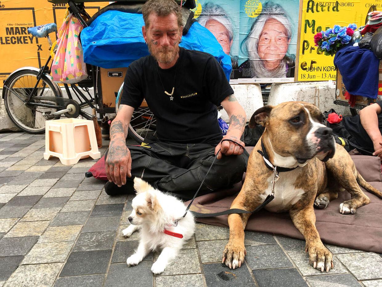 André med hunden Odin på Købmagergade i København. Han har været hjemløs i otte år og nægter at betale beskyttelsespenge til romaer. Foto: Andreas Karker