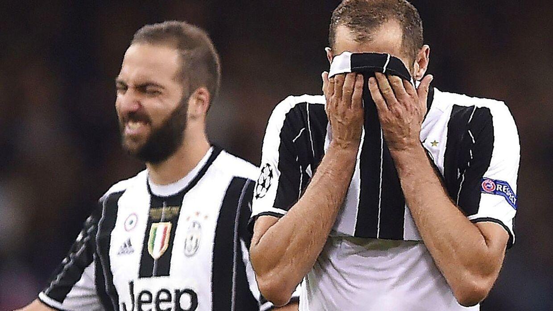 Gonzalo Higuain og Giorgio Chiellini ærgrer sig efter nederlaget i Champions League-finalen.