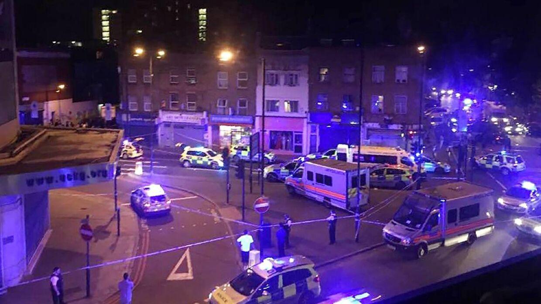 En person i en hvid varevogn forårsagede i nat, at ti personer kom til skade.