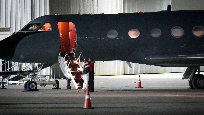 På billedet: To personer, der menes at være pårørende Otto Warmbier, omfavner hinanden foran det fly, som den 22-årige amerikanske studerende ankom med fra Nordkorea til USA den 13. juni. Lunken Airport i Cincinnati, Ohio, USA.