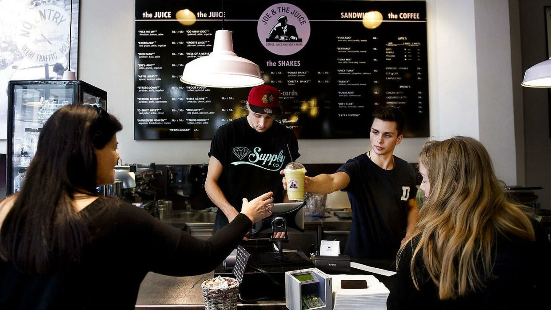 Joe & the Juice har overvejende unge mænd til at servere juice til kunderne. Arkivfoto