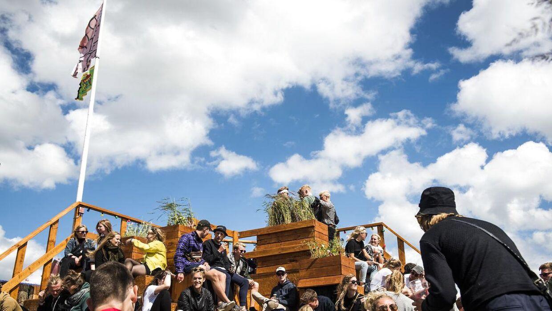 Camp Rolighed i Dream City er designet af fire studerende fra Landskabsarkitekturstudiet. Campen er populær i søndagens solskinsvejr. Roskilde Festival, søndag den 25. juni 2017.